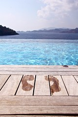 Everybody loves holiday (Sema K.) Tags: blue sea sun feet nature pool foot deniz mavi footprint iz gne ayak havuz doa mygearandme