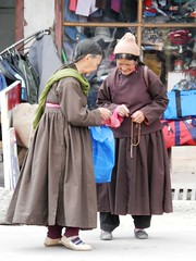 Going home from the market (magellano) Tags: street woman india donna women strada dress market candid traditional donne leh mercato encounter ladakh incontro tradizionale ladakhi vestito