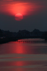 Ponti in rosso (Robyn Hooz) Tags: sole rosso red sun sunset bridges ponte padova acqua water canal canali streams mood romance romantico luce