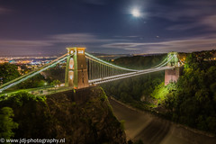 Clifton Suspension Bridge (JdJ Photography (www.jdj-photography.nl)) Tags: cliftonsuspensionbridge bristol southwestengland engeland england grootbrittannië greatbritain britseeilanden britishisles verenigd koninkrijk unitedkingdom europa europe continent avond evening nacht night donker dark lucht sky helder bright sluierbewolking veilclouds brug bridge avon rivier river vallei valley rotsen rocks bomen trees maan moon sterren stars vliegtuig plane vliegen flying