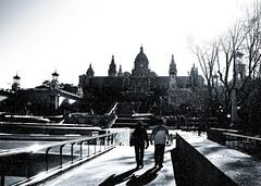 Paseo en la nieve (mls2012) Tags: barcelona bw byn blanco foto negro bcn palacio mls