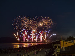 Beach Lights (Steve Taylor (Photography)) Tags: 5 5th 2015 bonfire crowd display firework november watching people newzealand nz southisland canterbury christchurch newbrighton beach ocean pacific pier sea curve glow reflection silhouette night sky