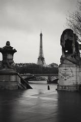 black and white and grey Paris ([yellina]) Tags: paris parigi europe blackandwhite bw monocrome monochromia monochromatic vsco cloud cloudyday clouds cloudy 40mm canon40mm canonpancake pancakelens pancake ef40mmf28stm