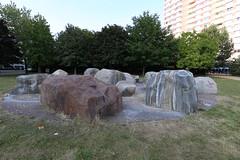 Findlingbrunnen am Platz der Vereinten Nationen (Pascal Volk) Tags: berlin friedrichshain fhain platzdervereintennationen steine stones wideangle weitwinkel superwideangle superweitwinkel ultrawideangle ultraweitwinkel ww wa sww swa uww uwa canoneos6d canonef1635mmf4lisusm 16mm