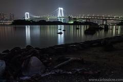 Ancla bajo el Rainbow Bridge. (@CarlosSicre) Tags: tokyo luces agua ciudad odaiba reflejos japón largaexposición