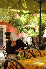 La risa (Laura Febré Diciena) Tags: old portrait coffee café reading nikon colorful reader retrato leer books guanajuato nikkor libros boina lectura señor lector d3000 nikond3000