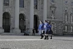 le collegiali... (ANANDA (gaia giannini)) Tags: ireland dublin college canon europa europe trinitycollege terre ananda terra canoneos350d viaggi viaggio dublino irlanda collegiali gaiagiannini gaiaanandagiannini canoneosreflex350d