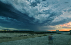 Sunset Storm (MathieuGoalard|Photographies) Tags: storm thunder lights lightning sunset coucherdesoleil personnes people lumires orage chasseurdorages thunderstorm stormchaser clair foudre ocean ombres hell