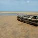 Barco encalhado na maré baixa