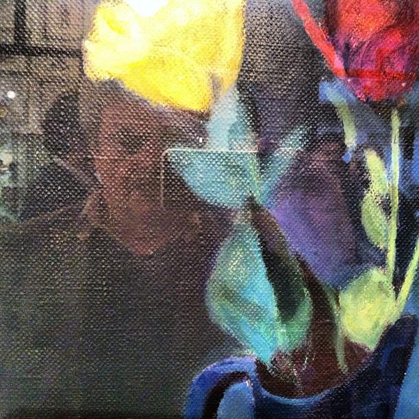 Io ci sono. Dentro il quadro. Dietro il vaso. Con un fiore in testa. Ci sono: ho la macchina fotografica in mano.