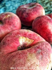 Con la comida no se juega (Ana Eloysa) Tags: melocoton melocotones pavias fruta rojo amarillo food colores zaragoza zgz aeloysa anaeloysa