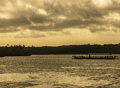 ... caravana,  pedra de gelo ao sol. Degelou teus olhos to ss num mar de gua clara... (natacia.disantos) Tags: mar caravana sea portoseguro balsa crepusculo pordosol golden hour silhueta