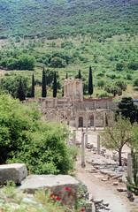 Uzakta, Celsus Kütüphanesi (//sarah) Tags: film minoltasrt100 turkey turkiye anatolia izmir selçuk efes ephesus libraryofcelsus facade celsuskütüphanesi