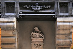 Pita sur console / 8 rue Verrerie Dijon (Charles.Louis) Tags: dijon bourgogne ctedor statuaire statue patrimoine religion art sacr pierre christ vierge pita