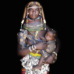 Gali and her babygirl Sonara / Angola (abgefahren2004) Tags: africa girls friends people black cute tourism kids children de necklace beads und african south culture mario tribal des tribes tradition tribe jewels ethnic colliers cultura sul tribo necklaces angola ethnology tribu tourismo herero tchter windes shne etnia tnico tarditional etnias angolan ethnie gerth hereros  mumuila  muhuila  muhacaona mumuhuila mwila      mucawana muwila muhuilas wwwmariogerthde muhuilasmumuhuilamuwilagirlskidschildrentribaltribetribu