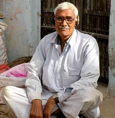 Sonagiri man (bokage) Tags: india man temple market jain madhyapradesh digambara sonagiri sonagir