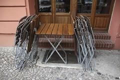 draussen sitzen (thmlamp) Tags: berlin berg germany deutschland outdoor indoor tisch stuhl gwb prenzlauerberg prenzlauer seeblick 10405 inoutdoor guessedberlin  raucherecke rykestrase erikistderbeste gwbatineb pankowprenzlauerberg ratenmachtspas stammtischkandidat 07102012