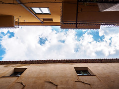 Vue dgage (Un oeil sur la photo) Tags: sky cloud travel trip landscapre view vue immeuble building archi ciel nuages voyage couleur chaud marcher photographier photography olympus moving small repos nice