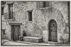 A la fresca (Otra@Mirada) Tags: bn iglesueladelcid puerta pueblo rural retrato robado casa piedra ventana balcon
