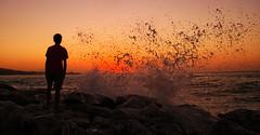 """""""No hay vida sin agua."""" (G de Tena) Tags: agua amanecer amanecersolcieloaguapersonasnaranjarojosamarillos andalucia amor abandonada arena azul amarillo sol suelo cielo canon salpicar mojar silueta mar maravilla camara elmar sal aguasalada"""