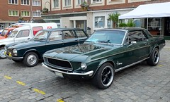 FORD Mustang (1968) et PEUGEOT 204 Break  (paire verte) (xavnco2) Tags: circuit historique amiens 2016 somme picardie france autos automobile cars classic car verte green peugeot 204 break ford mustang coup 1968