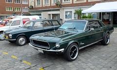 FORD Mustang (1968) et PEUGEOT 204 Break  (paire verte) (xavnco2) Tags: circuit historique amiens 2016 somme picardie france autos automobile cars classic car verte green peugeot 204 break ford mustang coup 1968