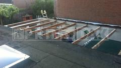 Dakdekker: Een plat dak van een dubbele garagebox gesloopt tot op de balkenlaag en tot de scheiding buren. Inmiddels gesloopt de oude mastiek dakbedekking, dakbeschot, mastiekklossen en boeiboorden