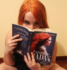 IMG_2502 (Inspiracin dormida) Tags: girl redhair orange hair book pelirroja pelinaranja libro flores black