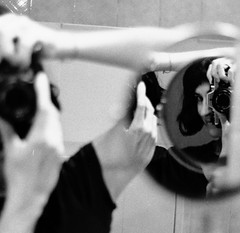 Io nello specchio tondo (laetitia.delbreil) Tags: monochrome blancoynegro film pellicule pellicola pelcula blancetnoir blackandwhite nb bn bw pentacon prakticab200 prakticar50mm118 specchio mirror miroir reflet reflection riflesso selfportrait autoportrait self me io slr singlelensreflex 35mm ifeelfilm analogico argentique anlogo analogue jesuisargentique filmisnotdead filmisback istillshootfilm westillcare filmisawesome believeinfilm kodak tx400 trix400 iso400