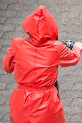 5DA06901_Einkaufen in Rot (helani44) Tags: gummimantel gummistielel
