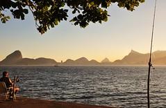 pescando com vista pro Rio (Ruby Ferreira ) Tags: niterirj bay baadaguanabara ripples fisherman pescadorurbano silhuetas silhouettes branches galhos christtheredeemermonument sugarloaf sunset prdosol boat barco