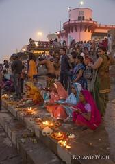 Varanasi - Morning Ceremony (Rolandito.) Tags: benares varanasi north northern india indien inde ceremony people women morning dawn night