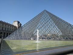 IMG_20160921_115019 (paddy75) Tags: frankrijk parijs paris cournapoléon palaisdulouvre paleis pyramidedulouvre piramidevanhetlouvre muséedulouvre museum fontein