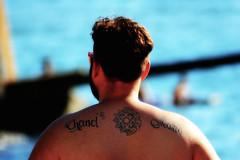 Chanel & Mario....che responsabilit (52picchio) Tags: 2016 settembre tattoo tatuaggio explore explored estate fluidrexplored fluidr flickr flickrclickx flickrnova persone mare lungomare napoli naples canoneos60d campania canon campiflegrei