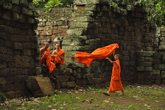 Jeunes moines du Cambodge. (Jean-Marc Pinede) Tags: orange art statue stone children temple asia cambodge cambodia khmers pierre cité religion angkorwat asie vat siemreap wat enfant oeuvre bayon priere moine boudhisme aumone