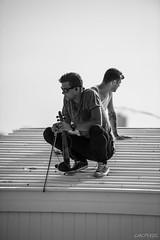 Le violon sur le toit (LACPIXEL) Tags: violon violin violoniste toit techo roof mer mar sea plage playa beach ostende belgique personnes people gens gente homme hombre man noiretblanc blackandwhite blancoynegro nikon nikonfr d4s fx flickr lacpixel