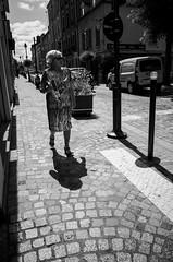 La quete du pain (Olivier DESMET) Tags: olivierdesmet ricoh ricohgr gr street streetphoto streetphotography photosderue candid lesgens bw blackandwhite noirblanc nb 28mm