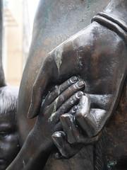 Die Hnde. / 06.09.2016 (ben.kaden) Tags: cardiff wales bildhauerei robertthomas bronzeplastik skulptur 1963 rhonddagroup motherandson mamamab queenstreet 2016 06092016