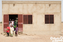 Ecoles au Burkina Faso/ Schulen in Burkina Faso (Enfants du Monde) Tags: edm enfantsdumonde edmch burkinafaso burkina coleauburkinafaso afrika africa afrique coles cole coliers colires colessoutenuesparenfantsdumonde lves lve schulen schulbildung schule schlerin schlerinnen schler schulklasse schulraum classe classroom pupils pupil ducation education ducationdebase bildung enseignant enseignante enseignants enseignement enseigner lehrer lehren teacher teachers teaching apprendre lernen learning instruction