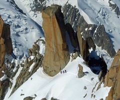 Sur l'arète des Cosmiques (giorgiorodano46) Tags: giugno2010 june 2010 giorgiorodano alpinismo alpinisme mountaineering cosmiques arètedescosmiques aiguilledumido montblanc alps alpes alpi alpen france chamonix chamonixmontblanc montebianco cordée cordata