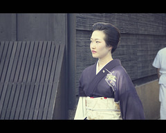 Geiko Masuho-san in Gion (Kyoto, Japan) (Shanti Basauri) Tags: street woman girl japan japanese costume kyoto candid clothes geiko geisha  yukata   kimono gion tradition kioto cinematic kansai 2012  elegance japn hanamikoji japonia masuho jikata