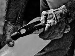 mãos martelo (Bru Grassi) Tags: bw gelo brasil hand sãopaulo pb garrafa martelo mãos senhor embudasartes brunagrassi