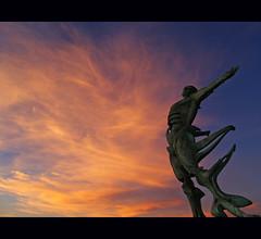 nordeste - mirador de la playa de los locos - suances (michel h2) Tags: sunset sky espaa clouds spain wind ngc playa olympus escultura cielo nubes gonzalez michel h2 vega estatua mirador cantabria anochecer locos nordeste suances vientos e500