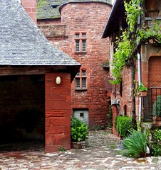 Collonges-la-Rouge (Michele*mp slowly catching up) Tags: france architecture geotagged europe village stones cobblestone pierres ruelle rue corrze limousin narrowstreet lesplusbeauxvillagesdefrance collongeslarouge grsrouge michelemp fleursetpaysages geo:lat=4506039335550388 geo:lon=1654042609786984