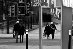 street uk blackandwhite woman man london blancoynegro photography photo calle mujer couple europa europe foto photographer crossing image pareja pic londres semaforo caminar invierno fotografia frio hombre imagen fotografo cruzando peatones cruzan cruzar crucepeatonal blinkagain hernanpiñera