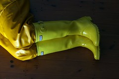 A midsummer night's dream. (essex_mud_explorer) Tags: rainboots rainwear hellyhansen nusfjord bibandbraces bib rainbib raincoat coat rainjacket wellies wellingtons wellington boots rubber rubberboots rubberlaarzen gummistiefel gumboots yellow ochre hunter hunterboots hunterwellies