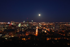 Super lune | Super moon (Eric Dupuis) Tags: city nightphotography sky urban canada streets night buildings landscape photography lights photo eric downtown artist cityscape foto photographer photographie quebec 5 five montreal horizon may super lookout mai ciel fotografia paysage montroyal nuit rues nocturne ville centreville lumières 2012 artista shinning fifth mountroyal fotografo urbain artiste briller cinq photographe dupuis belvédère photographienocturne édifices paysageurbain photographiedenuit ericdupuis astre thebestofday gününeniyisi supermoon éricdupuis superlune may52012 may5th2012 5mai2012