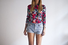 (Pati Gagarin) Tags: flowers summer flores girl shirt del legs leg el blouse jeans blonde verano rubia shorts es bye fin ending camisa vaqueros piernas blusa pierna