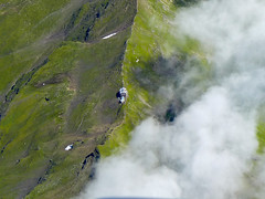 Zwischen den Welten (Luftknipser) Tags: fotohttprenemuehlmeierde mailrebaergmxde luftaufnahme vonoben luftbild airpicture aerial outdoor landscape landsart sterreich austria alpen alps htte alm bergkamm crest