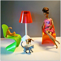 Playing cats (Deejay Bafaroy) Tags: barbie madetomove mtm mattel doll puppe black diorama 16 scale playscale miniature miniatur panton chair chairs stuhl sthle cat cats katze katzen schleich bullyland minature lamp lampe floorlamp stehlampe oange red rot green grn gray grey grau